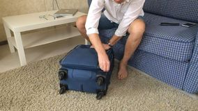 El alcohólico del marido cierra la maleta, sale de la casa divorcio Primer almacen de metraje de vídeo