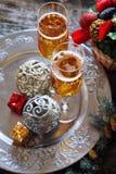 El alcohol del Año Nuevo: dos vidrios de champán y de decoros de la Navidad Imágenes de archivo libres de regalías