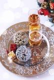 El alcohol del Año Nuevo: dos vidrios de champán y de decoros de la Navidad Imagenes de archivo