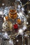 El alcohol del Año Nuevo: vidrio del champán y de la decoración de la Navidad Imagenes de archivo