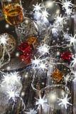 El alcohol del Año Nuevo: vidrio del champán y de la decoración de la Navidad Foto de archivo