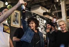 El alcohol del brebaje de los licores de la cerveza del arte celebra el refresco imágenes de archivo libres de regalías