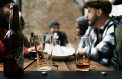 El alcohol del brebaje de los licores de la cerveza del arte celebra el refresco foto de archivo