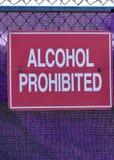 El alcohol rojo prohibió la muestra contra una red púrpura del tenis imágenes de archivo libres de regalías