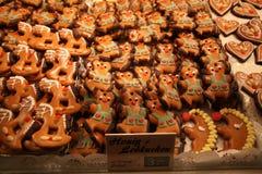 El alemán tradicional esmaltó las galletas Honig Lebkuchen de la miel en escaparate en la feria en la noche Imagenes de archivo