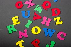 El alfabeto coloreado brillante pone letras a colocación en un fondo gris Foto de archivo libre de regalías
