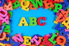 El alfabeto coloreado plástico pone letras a ABC Fotos de archivo libres de regalías