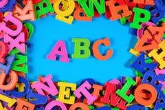 El alfabeto coloreado plástico pone letras a ABC Fotografía de archivo