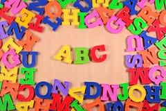 El alfabeto coloreado plástico pone letras a ABC Imagen de archivo libre de regalías