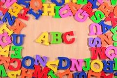 El alfabeto coloreado plástico pone letras a ABC Imagenes de archivo