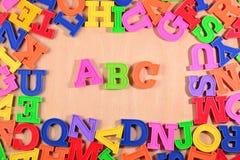 El alfabeto coloreado plástico pone letras a ABC Imagen de archivo