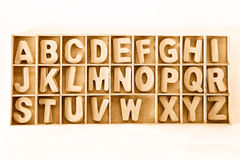 El alfabeto de madera capital de ABC de la letra de molde fijó en una caja de madera Imagen de archivo