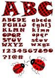 El alfabeto en las letras del estilo de la mariquita, mayúsculas y minúsculas en rojo y negro diseña, los números, pregunta y mar Fotos de archivo