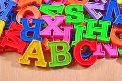 El alfabeto plástico coloreado pone letras a ABC Fotografía de archivo libre de regalías