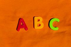 El alfabeto pone letras a los juguetes coloridos de los niños de ABC Imágenes de archivo libres de regalías