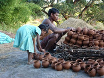 El alfarero construye un horno al aire libre para los crisoles de arcilla Imagen de archivo libre de regalías