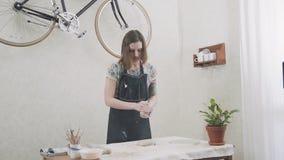 El alfarero de sexo femenino rueda la arcilla Ceramista elegante de la mujer del ceramista del estudio almacen de metraje de vídeo