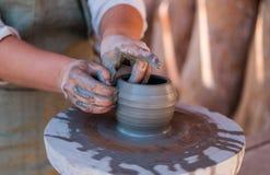 El alfarero está creando la loza de barro en la rueda del ` s del alfarero imágenes de archivo libres de regalías
