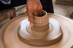 El alfarero hace una cerámica Fotos de archivo