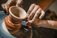 El alfarero principal enseña el niño a cómo hacer un jarro Fotos de archivo libres de regalías