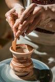 El alfarero principal enseña el niño a cómo hacer un jarro Imagen de archivo