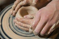 El alfarero principal enseña el niño a cómo hacer un jarro fuera de la arcilla Fotos de archivo