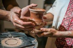 El alfarero principal hace un jarro fuera de la arcilla Imagenes de archivo