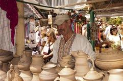 El alfarero vende la cerámica. Fotografía de archivo