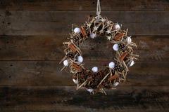El algodón adornado de los conos del pino de la guirnalda de la Navidad florece a Anise Cinnamon Imagenes de archivo
