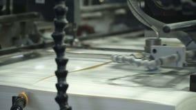 El alimentador de hoja del vacío suministra las hojas de papel individuales en prensa de la pila de papel Relacionado con la maqu almacen de metraje de vídeo