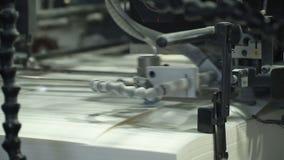 El alimentador de hoja del vacío suministra las hojas de papel individuales en prensa de la pila de papel Relacionado con la maqu almacen de video