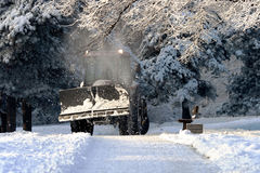 El alimentador de la limpieza de la nieve borra los caminos Fotografía de archivo libre de regalías