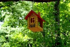 El alimentador del pájaro parece una casa Imagen de archivo