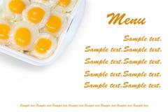 El alimento en fondo un huevo frito. Foto de archivo