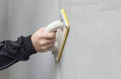 El alisar de proceso de la pared enyesada Imagen de archivo