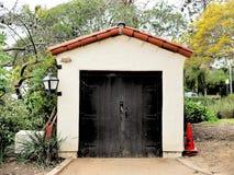 El almacenamiento del jardín botánico vertió con el tejado de teja español en Santa Barbara, California foto de archivo libre de regalías