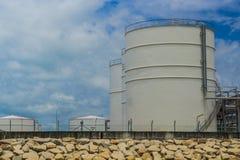 El almacenamiento del tanque de la refinería de petróleo de la luz del día Imagenes de archivo