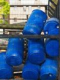 El almacenamiento plástico azul teclea los envases para los líquidos en fábrica de productos químicos fotos de archivo
