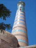 El alminar alto se mezcló con los mosaicos ciánicos, del azul y de la turquesa Imágenes de archivo libres de regalías