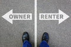 El alquiler del arrendatario del dueño posee las propiedades inmobiliarias de la compra de alquiler de la propiedad hous fotos de archivo libres de regalías