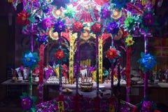 El altar colorido hizo en la ocasión el ritual que redimía el voto fotos de archivo