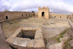 El altar del pozo y de la tubería de agua en el templo de Ateshgah cerca de Baku Imágenes de archivo libres de regalías