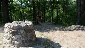 El altar pagano de piedra viejo del paso de la mujer joven sube abajo la colina de las escaleras almacen de metraje de vídeo