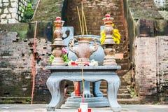 El altar para el rezo en un templo budista del Cham del Po Nagar se eleva Foto de archivo libre de regalías