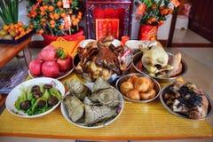 El altar sacrificatorio de la familia Ofrezca a sacrificios tal comida, té y alcohol a los antepasados imagenes de archivo