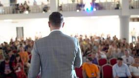 El altavoz dice el discurso en la conferencia Hombres de negocios del seminario del coche del Presidente de la conferencia de la  almacen de video