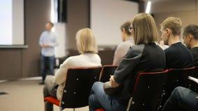 El altavoz dice el discurso en la conferencia Hombres de negocios del seminario de la conferencia de la reunión de la oficina del