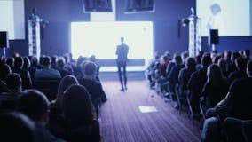El altavoz dice el discurso en la conferencia La persona dice sobre el márketing y la gestión para las ventas acertadas a la univ