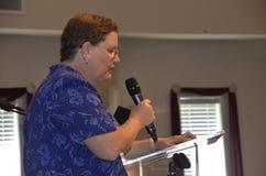 El altavoz femenino habla en una ceremonia de graduaci?n foto de archivo libre de regalías