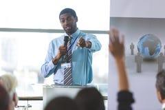 El altavoz masculino habla en un seminario del negocio fotos de archivo